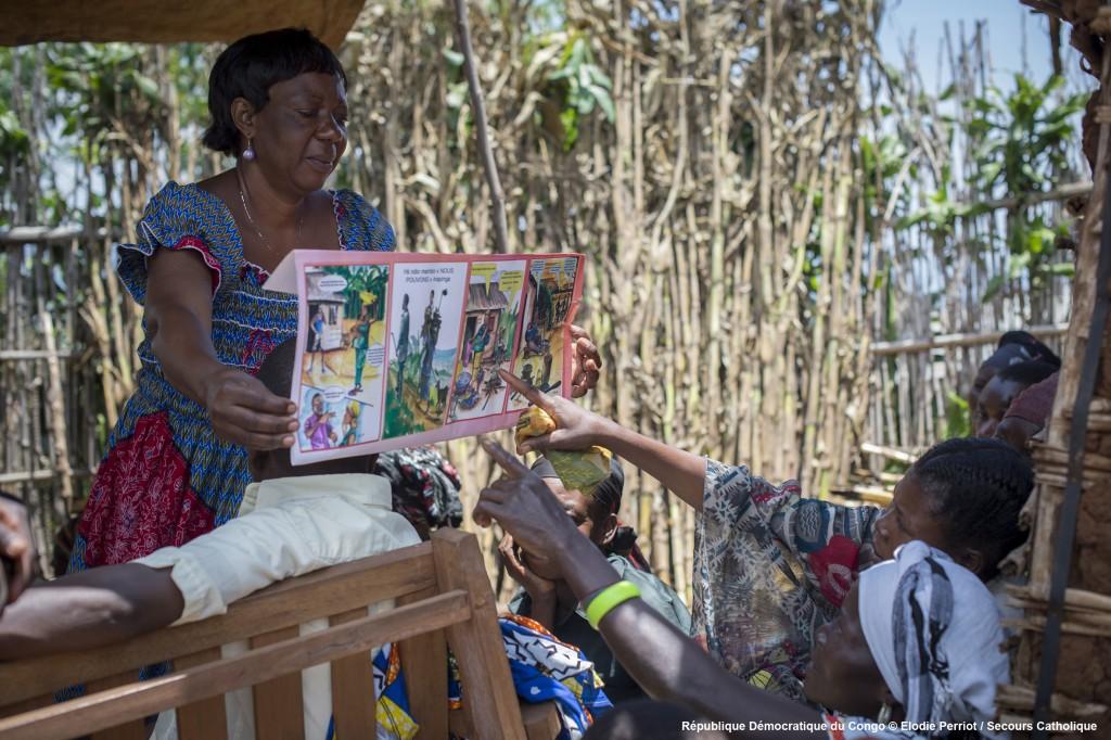 République Démocratique du Congo – Mars 2014 – Bukavu : A l'origine, le Centre Olamé apportait aide matériel, sanitaire et social aux femmes victimes de violences sexuelles. Cette aide auprès de ces femmes, si développée dans la région du Kivu, engendre des conflits dans les communautés et accentue les injustices déjà très vives. Aussi, c'est en 2009, que le Centre Olamé oriente sa politique en intervenant pour le développement global des communautés, tout en veillant particulièrement aux femmes. Ces communautés sont victimes des conflits récurrents de la région, de nombreuses attaques des groupes armés, les villages pillés, les femmes violées, les enfants enrôlés et les récoltés volées. Ici, les animateurs du Centre sensibilisent la communauté de Nshonga sur le rôle et la place des femmes. Ils les accompagnent également dans les techniques d'agriculture et d'élevage.