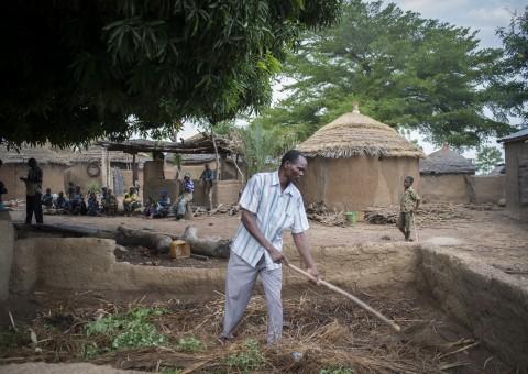 Togo – Région de Dapaong : A Kinkandjégue, Lallebi Kountondja a bénéficié de plusieurs formations proposées par la Jarc. Depuis, il parvient parfaitement à gérer la ferme dont il a hérité de son père. La formation «  gestion des stocks »  à laquelle il a assisté lui permet notamment de nourrir sa famille tout au long de l'année. À la mort de son père, il accueille ses 8 petits frères qui s'ajoutent à ses 8 propres enfants.