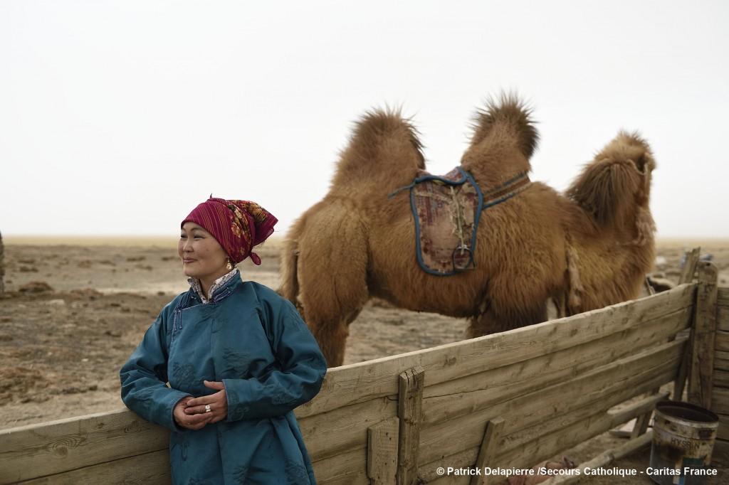 La recrudescence des événements climatiques contraint les éleveurs nomades à migrer vers les villes pour s'y sédentariser en devenant agriculteurs. Caritas Mongolie les accompagne et les soutient dans ce changement de vie.