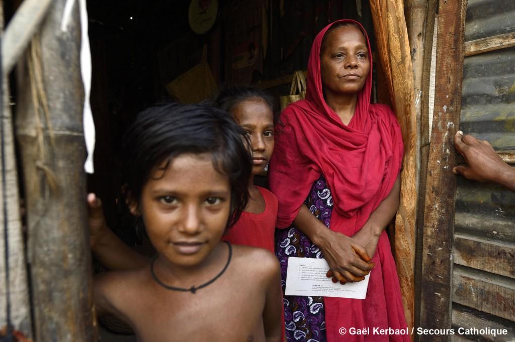 Sufia et son mari, parents de 3 enfants, ont dû quitter leur village de Betagi après le passage du cyclone Sidr en 2007 où la vie était devenue impossible. Ils se sont installés dans le bidonville de Refugee Colony Road. Caritas sensibilise les habitants de ce bidonville sur l'accès à la santé ou à l'éducation et sur les droits humains.
