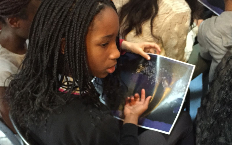 Les enfants stupéfaits de savoir qu'une partie de la planète n'a pas la lumière courante.
